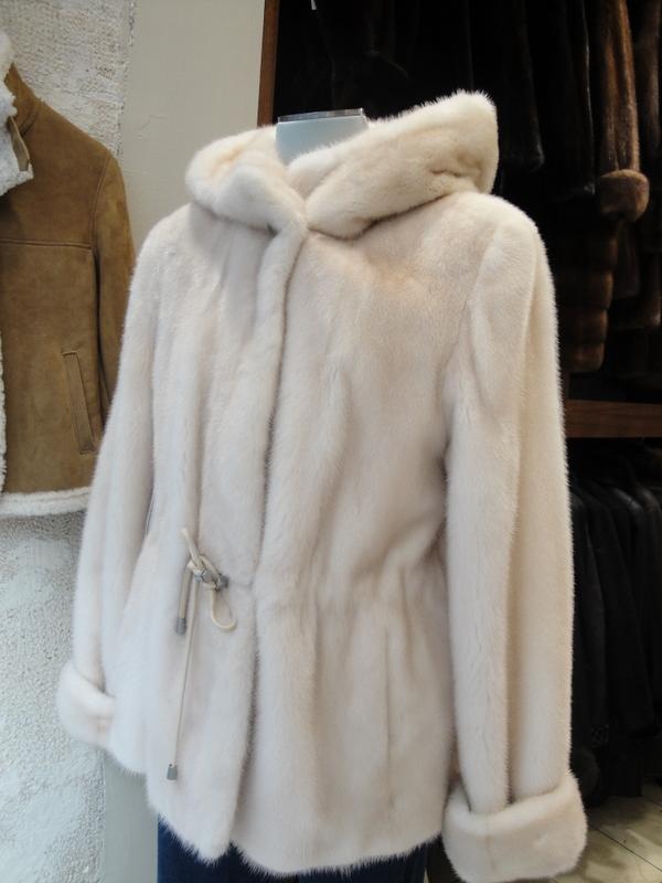 Cette saison, les manteaux et blousons s'adaptent au temps avec style. Épais et douillets pour les jours de froid ou fluides et ultralégers pour les jours plus doux. Achetez en .